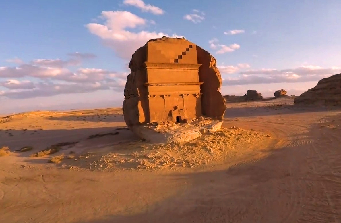 Необычные здания высеченные в скалах пустыни - исчезнувшая древняя цивилизация Набатея