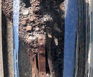 Старинные гвозди в древнем дереве в Вене