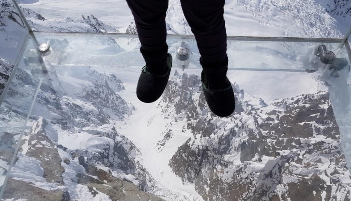 И только стекло удерживает от падения в бездну - смотровая площадка в Альпах «Шаг в пустоту»