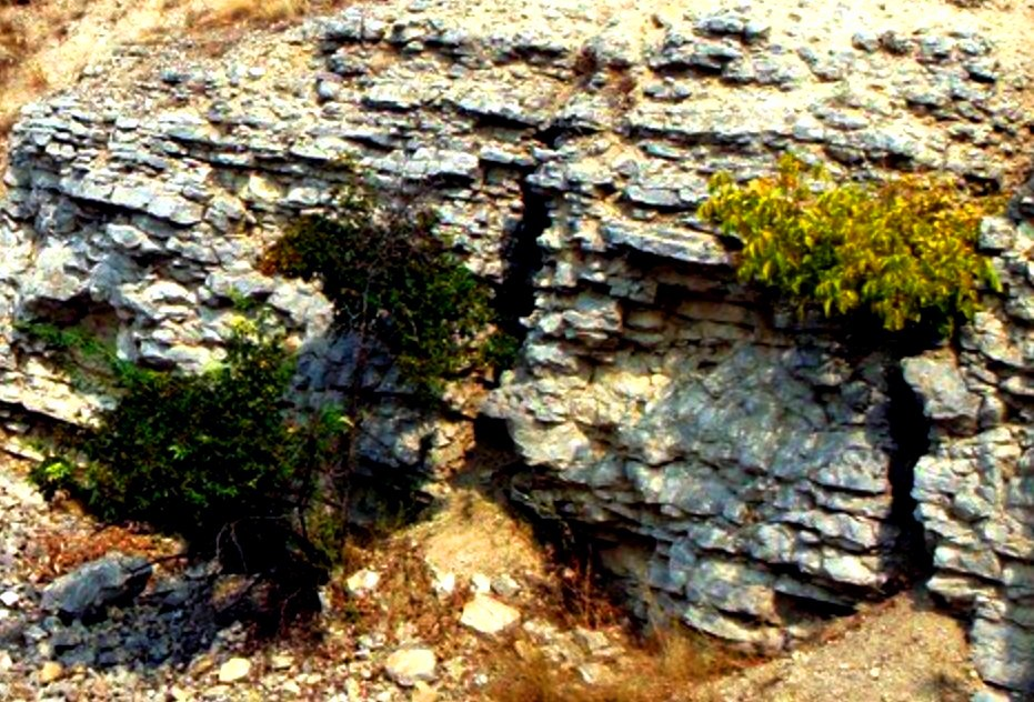 Древняя стена рукотворного происхождения  возле Краснодона