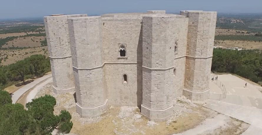 Castel del Monte - один из самых необычных замков средневековья, архитектор которого неизвестен