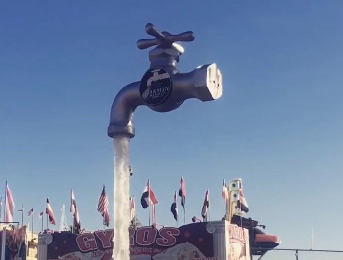 Парящий в воздухе огромный кран-фонтан