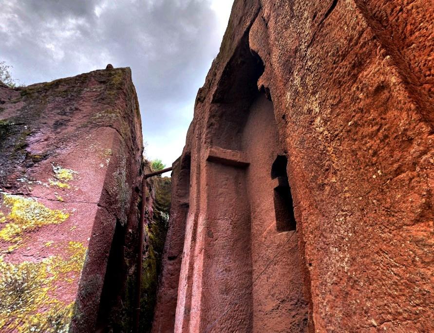 Древние здания высеченные прямо в скалах - Лалибэла