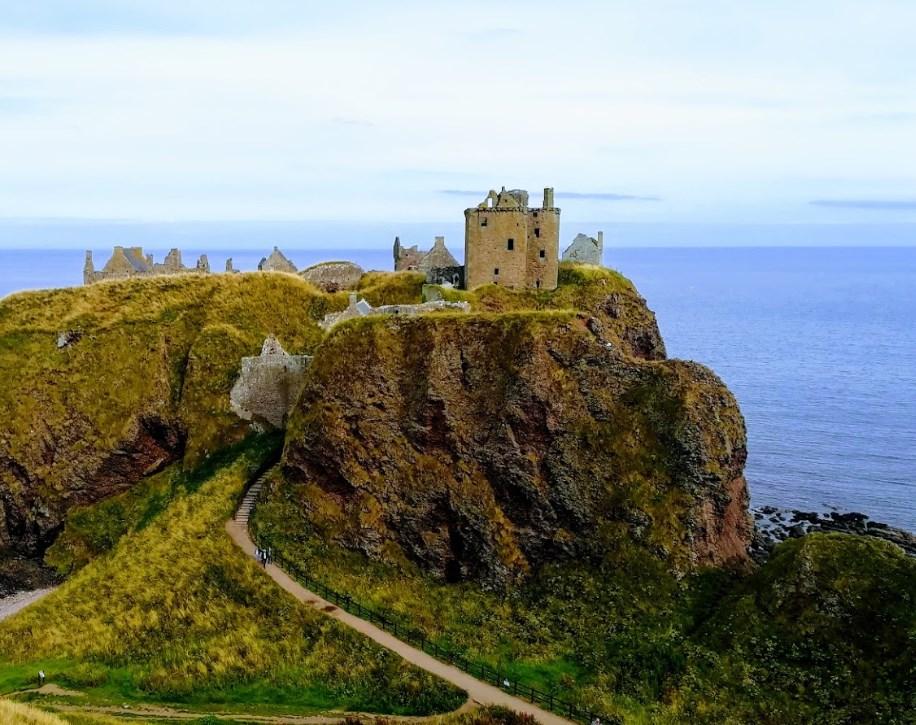 На огромном утёсе находится один из самых неприступных замков Шотландии - Данноттар