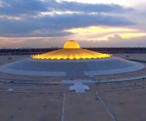Это не летающая тарелка, а миллион позолоченных статуэток Будды — огромный храм в Таиланде