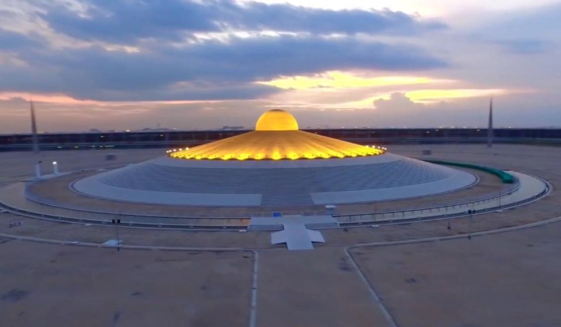 Это не летающая тарелка, а миллион позолоченных статуэток Будды - огромный храм в Таиланде