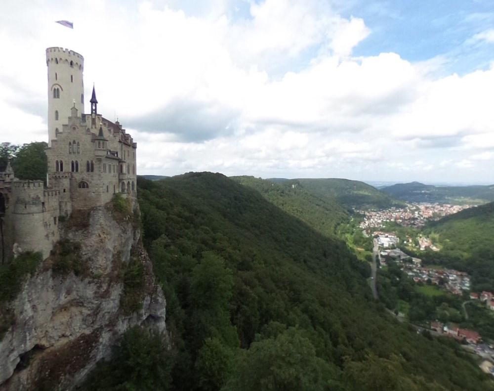 На самом краю обрыва - необычный замок Лихтенштайн, который возник благодаря историческому роману