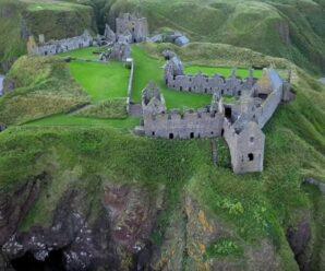 На огромном утёсе находится один из самых неприступных замков Шотландии — Данноттар
