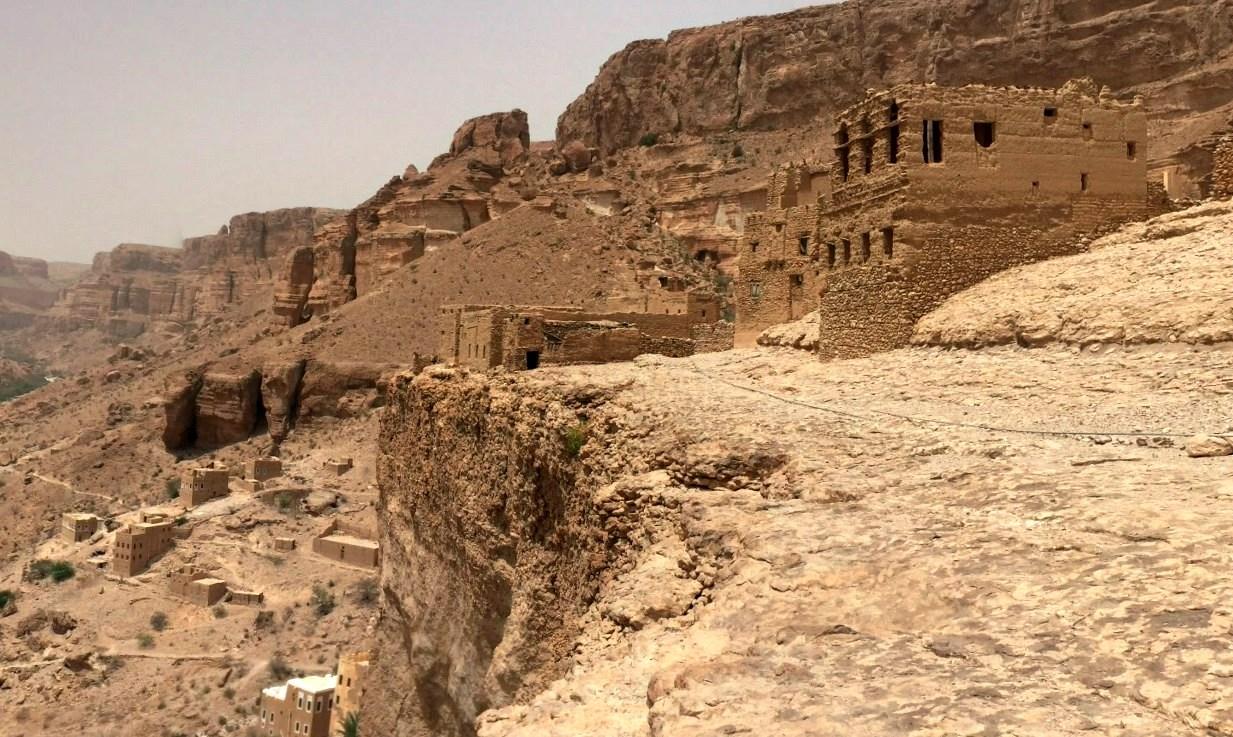 Древний город на вершине огромной скалы и глиняные небоскрёбы