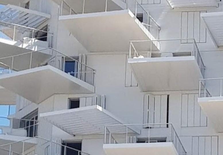Дом, который выглядит, как огромное белое дерево