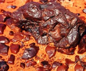«Обгоревшие» скалы в пустынях по всему миру — пустынный загар