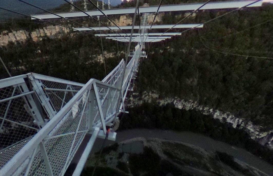 Скайбридж в Сочи - один из самых длинных подвесных пешеходных мостов в мире
