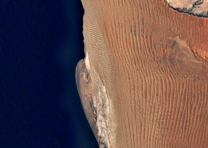 Старейшая пустыня Земли, покрытая высокими и длинными дюнами - Намиб