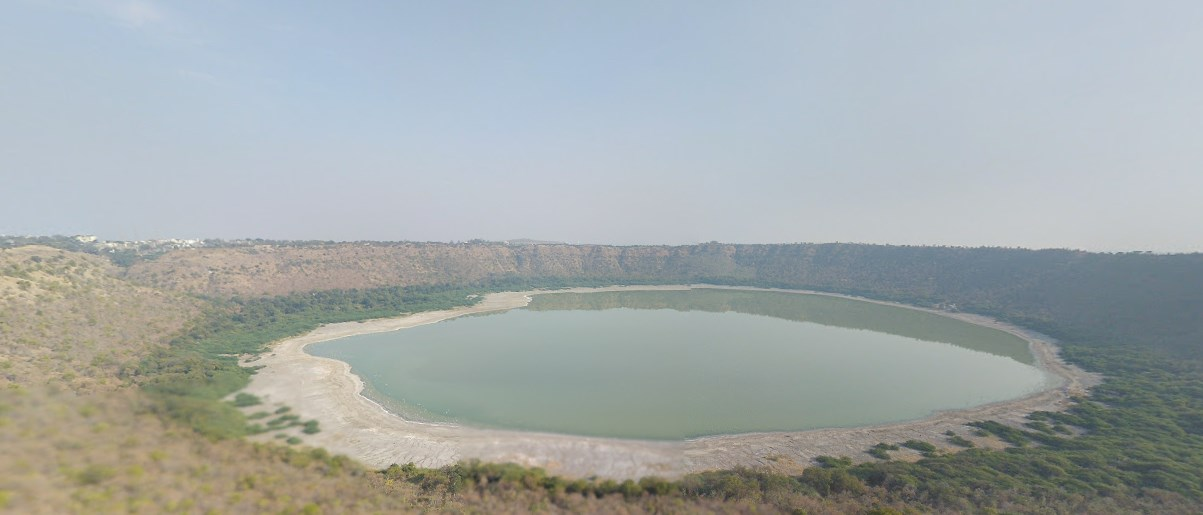 Большое круглое озеро внеземного происхождения - метеоритный кратер Лонар