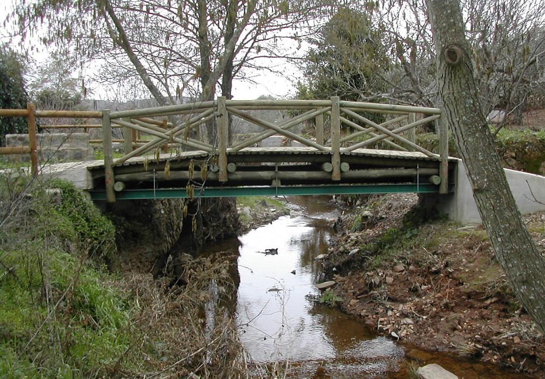 Самый маленький международный мост в мире - с одной стороны Испания, с другой Португалия