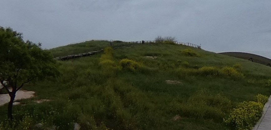 Возможно, древнейшее мегалитическое сооружение, которое скрывалось под холмом до середины XX века - Гёбекли-Тепе
