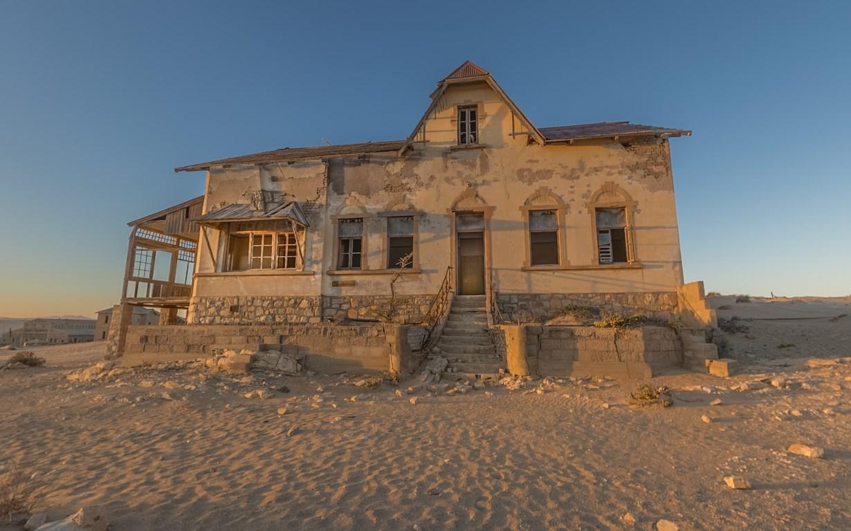 Заброшенный город среди безлюдной пустыни, постепенно утопающий в песках — Колманскоп в Намибии