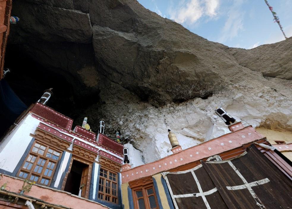 Дома на отвесной скале - древний монастырь Малого Тибета Фуктал