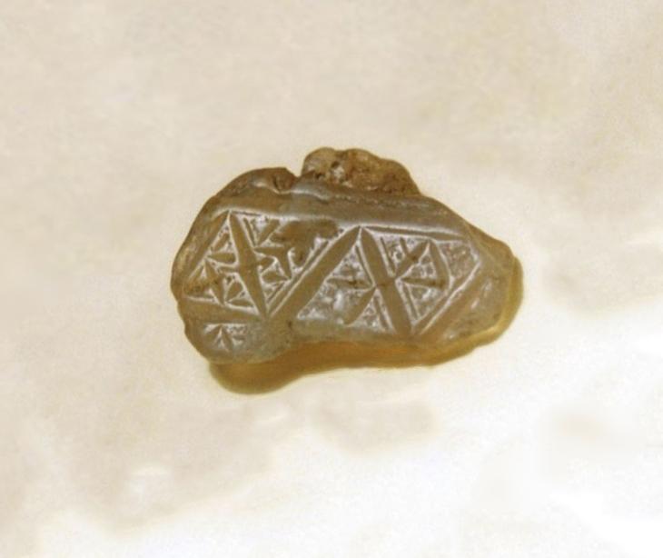 В российском Заполярье тоже есть интересные артефакты - куски халцедона с вырезанными символами