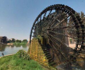 Большие древние колёса, которые уже сотни лет качают воду — нории в Хаме