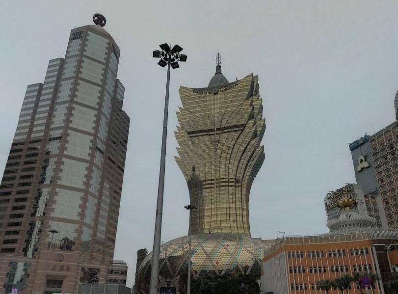 Необычной формы небоскрёб, напоминающий цветок лотоса - Grand Lisboa