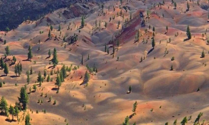 Изумительные разноцветные дюны у подножия Синдер-Коуна