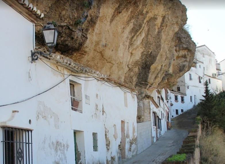 Дома «прижатые» скалой - необычный город Сетениль-де-лас-Бодегас