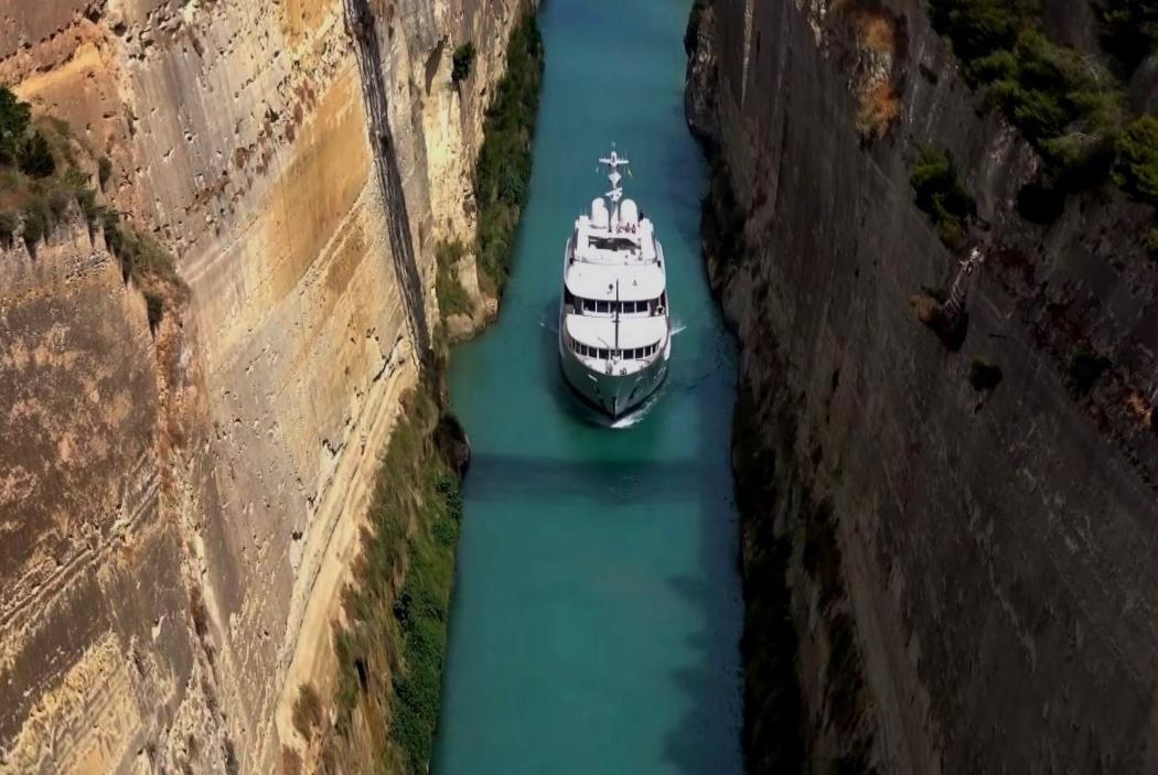 Зажатый между скалами проход для кораблей - Коринфский канал