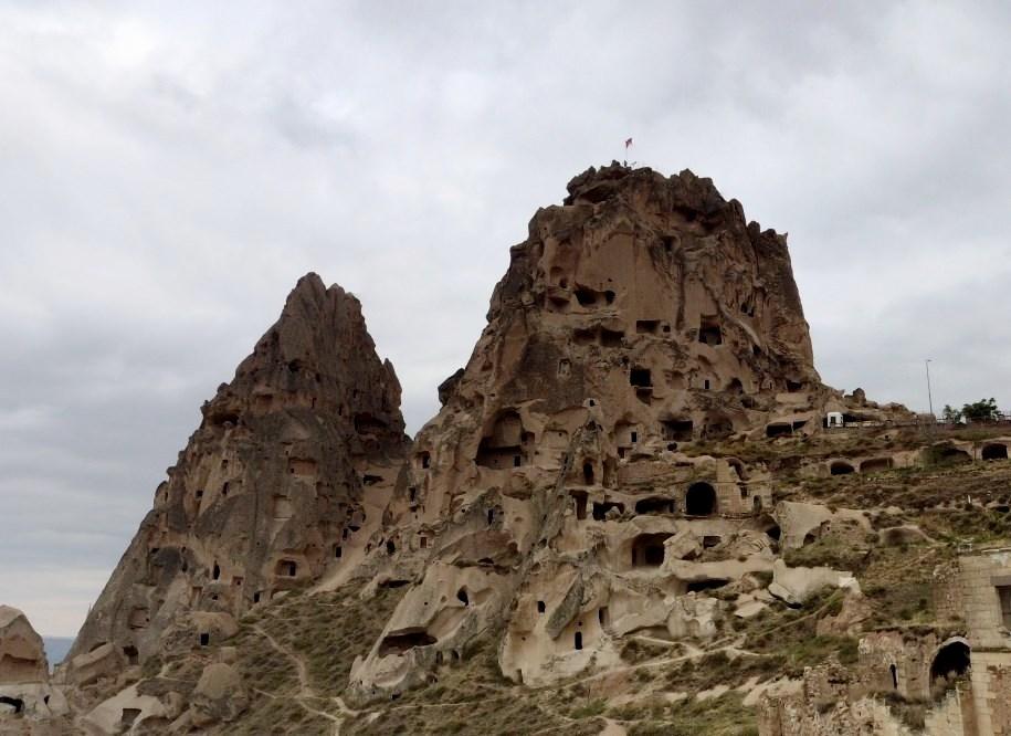 Древняя крепость высеченная прямо в горе с бесчисленными подземными ходами - грозный Учхисар
