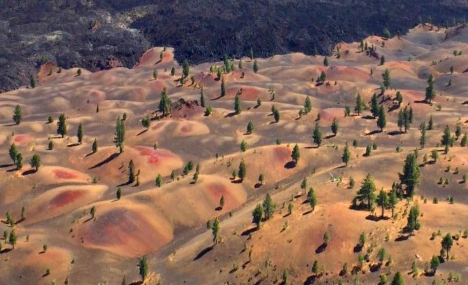 разноцветные дюны у подножия Синдер-Коуна