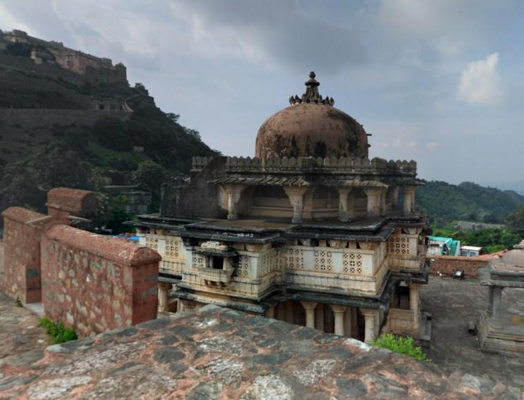700 древних бастионов, 38 км - древняя индийская стена Кумбхалгарха, которая уступает лишь Великой Китайской Стене
