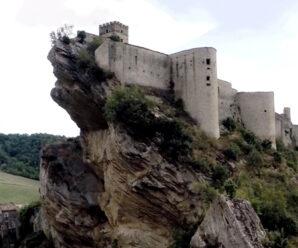 На самом краю скалы над обрывом — замок в деревеньке Роккаскаленья