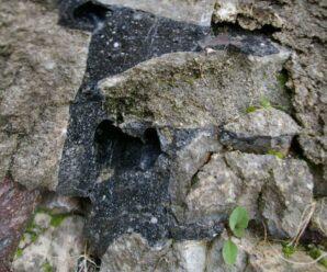 Средневековый замок с оплавленными стенами — Сент-Сюзанн