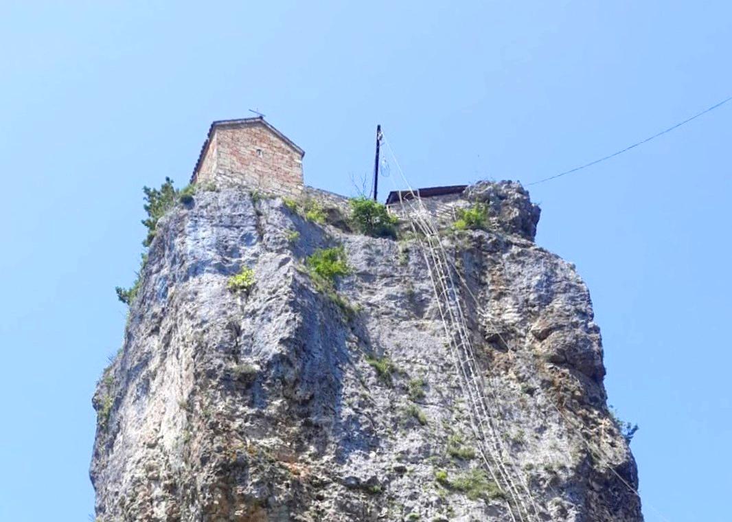 Одинокий дом на вершине высокого утёса - Кацхийский Столп