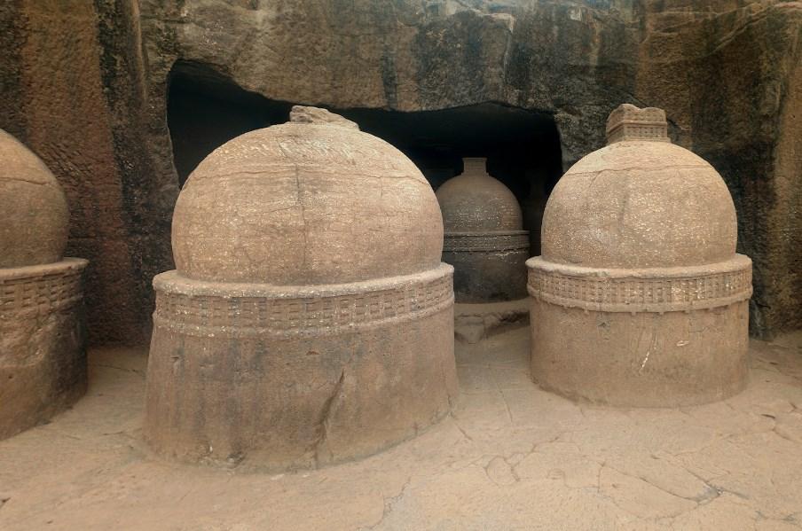 пещеры Бхаджа в верхней части 120-ти метровой скалы