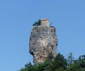 Одинокий дом на вершине высокого утёса — Кацхийский Столп