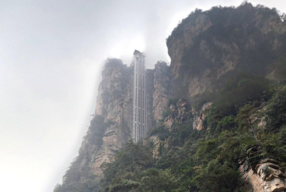 Высочайший в мире смотровой лифт - Баилонг элеватор, уносящий к облакам