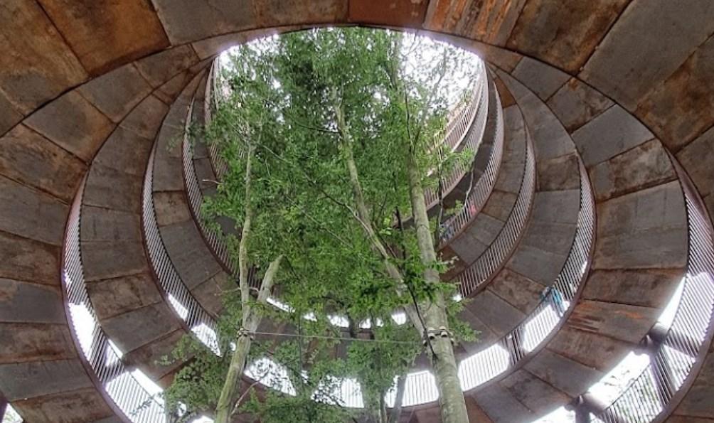 Тропинка, которая медленно поднимается в небо - смотровая башня в Дании