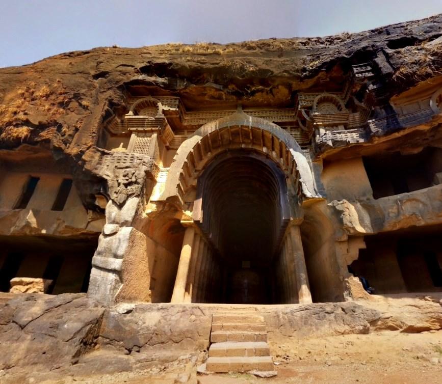 Одно из самых древних сооружений Индии - вырубленные пещеры в верхней части 120-ти метровой скалы