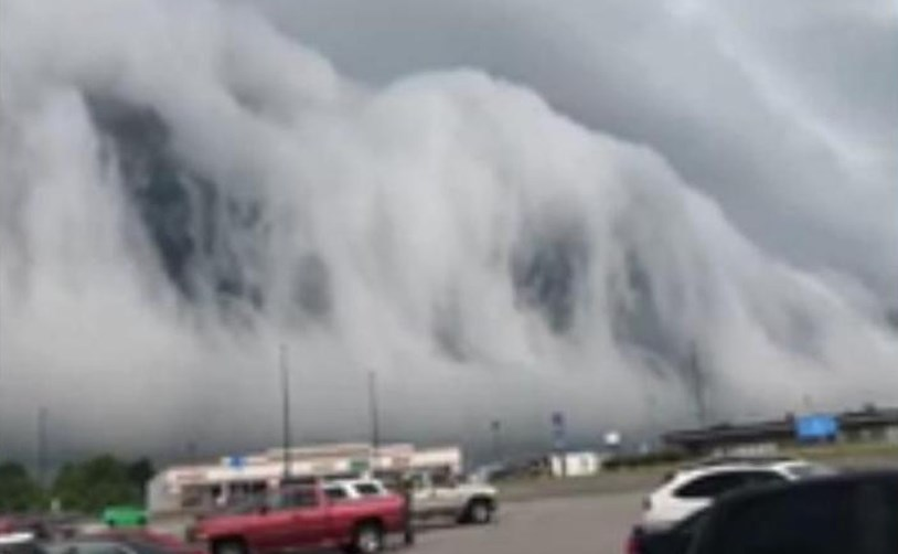 Словно чудовищная и невероятная по высоте волна - облака-цунами