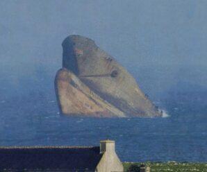 Словно голова гигантского морского чудища — расколовшийся супертанкер Amoco Cadiz
