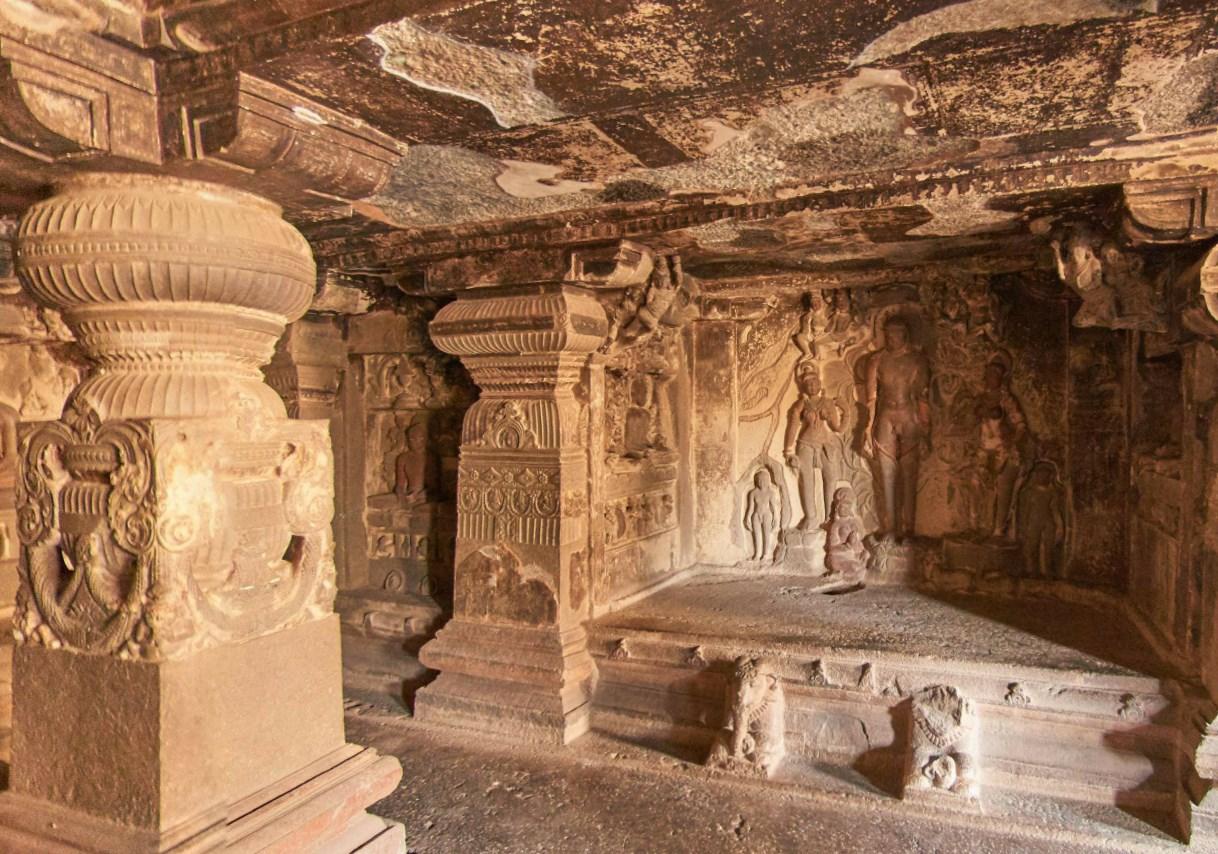 Древние сооружения, вырезанные из скал - храмы в Эллоре