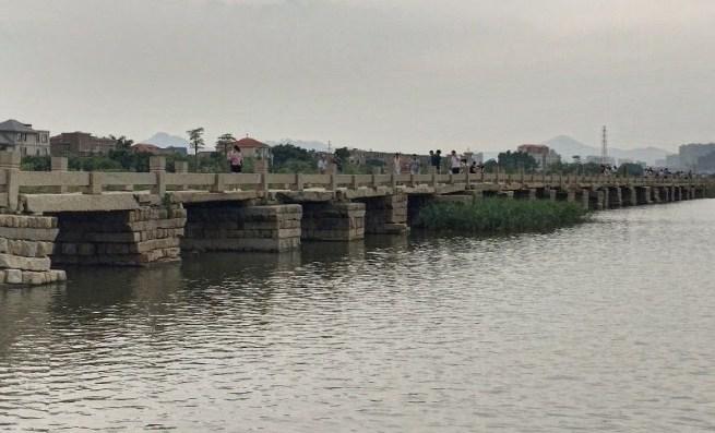 Длиннейшая древняя дорога из камня над водой, которая используется и сейчас - мост Аньпин