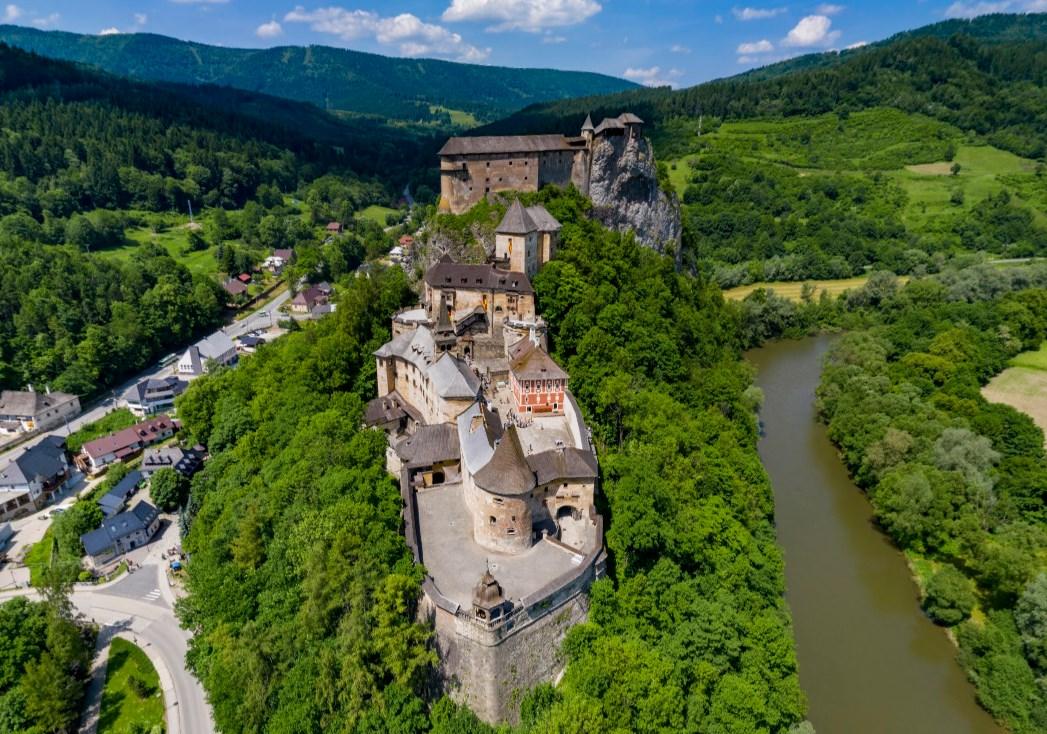 На вершине утеса стоит средневековый замок, который не был ни разу захвачен - Оравский град