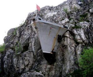 Корабль, «застрявший» в скале в Мурманской области, монументы и немецкие сооружения — Лиинахамари