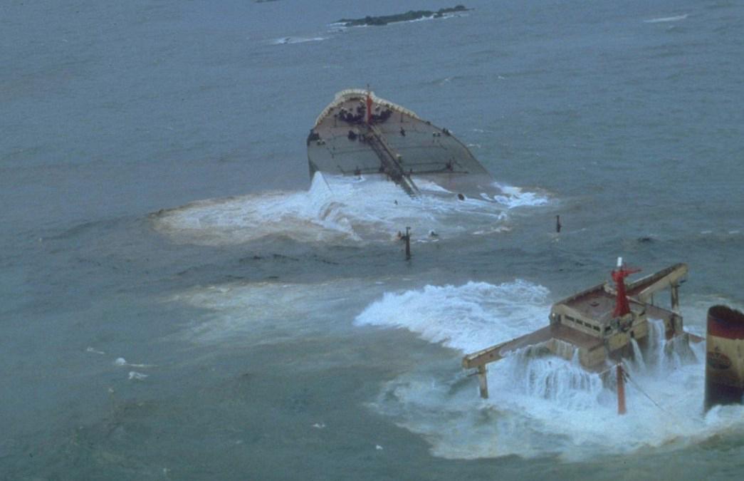 Словно голова гигантского морского чудища - расколовшийся супертанкер Amoco Cadiz