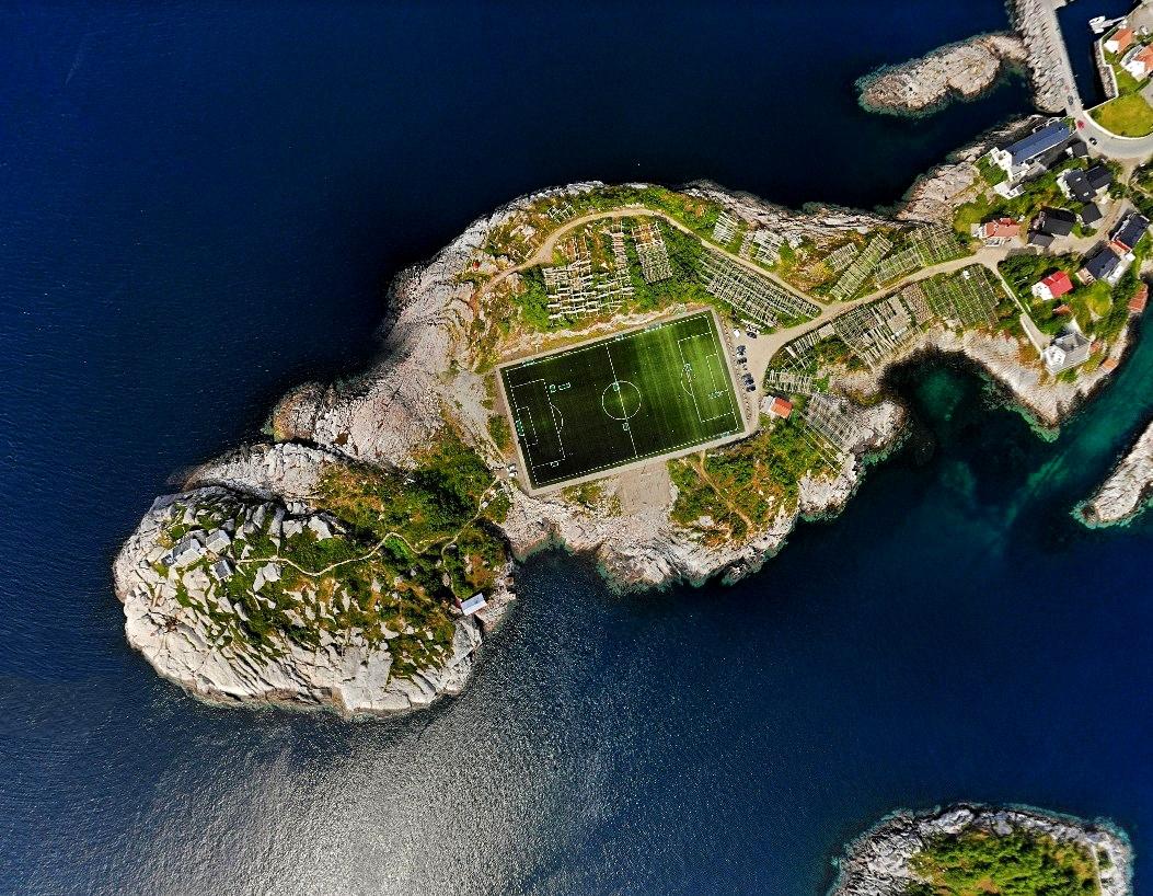 Стадион на каменистом островке в море, на окраине  Северного Ледовитого океана