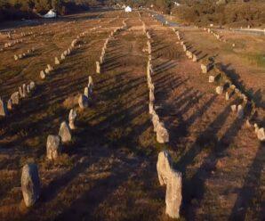Мегалиты, выставленные в ровные ряды, словно окаменевший римский легион — Карнакские камни