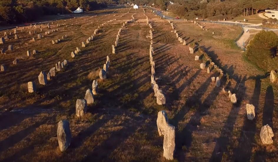 Мегалиты, выставленные в ровные ряды, словно окаменевший римский легион - Карнакские камни