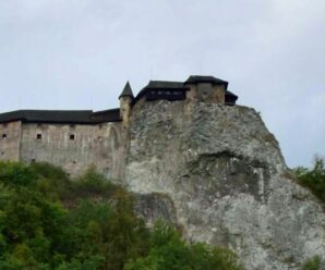 На вершине утеса стоит средневековый замок, который ни разу не был захвачен — Оравский град